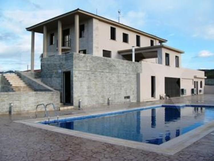 To Rent 5 Bedroom Detached House in Nicosia suburbs, Nicosia